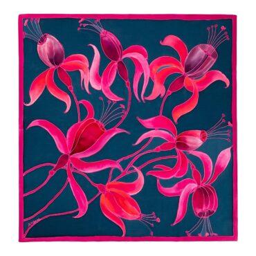 jedwabna chusta w kwiaty granatowe tło