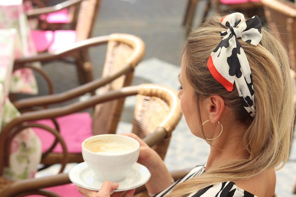 Jak wiązać szal i mini szal? Poznaj modne i atrakcyjne sposoby wiązania!