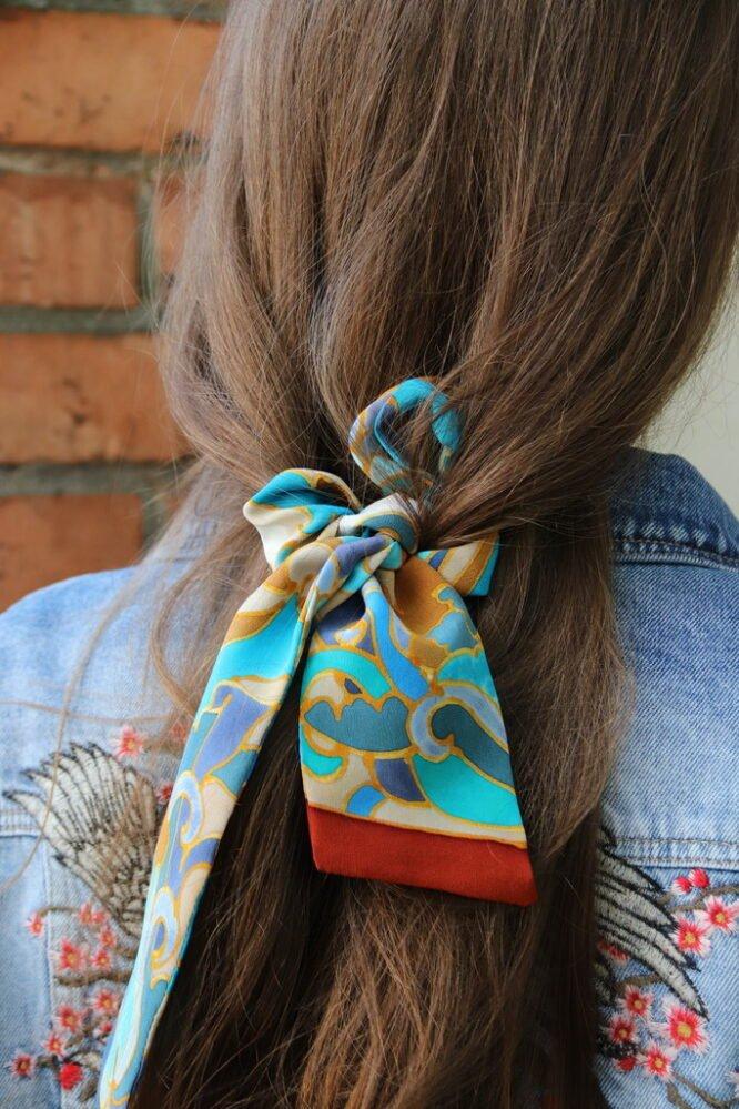 fryzury z chustą jedwabną