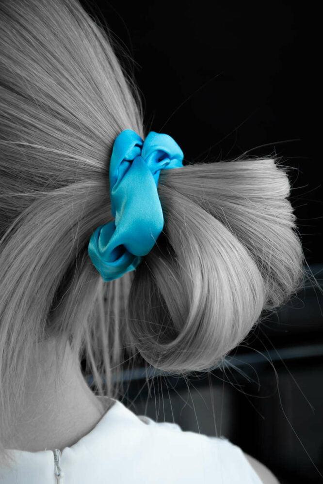 scrunchie z jedwabiu możesz zawiązać na włosach